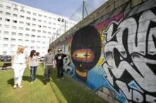 las concejalas de Cultura y Juventud, Jennifer Gómez y Ana Haya respectivamente, acompañadas por el presidente de la Asociación Ría y director del proyecto, Diego Cicero así como por el graffitero 'Jank'