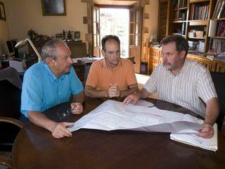 El alcalde y el concejal de Obras presentan el proyecto al presidente de la Junta Vecinal de Muriedas