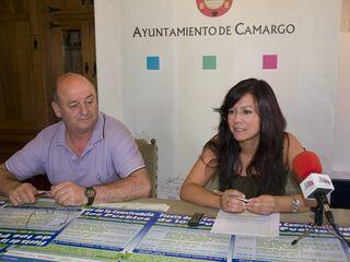 El alcalde pedáneo de Maliaño, Jesús María Amigo, acompañó a la concejala en la presentación de la Fiesta de la Convivencia de los Pueblos