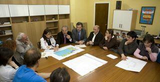 El alcalde presentó recientemente el proyecto del pabellón a la directiva escolar del Juan de Herrera