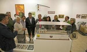 Momento de la inauguración de la exposición sobre la minería y el ferrocarril de Camargo, que se puede visitar en la Sala B de La Vidriera hasta el 15 de octubre