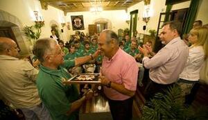 El alcalde entregó la metopa del Ayuntamiento al presidente del club