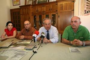 El alcalde y el concejal de Medio Ambiente acompañaron a la directora del documental y el presidente de Genoz en la presentación