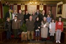 La concejala de Cultura, Jennifer Gómez, en rueda de prensa acompañada por representantes de los diez coros y escolanías participantes.