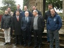 El alcalde de Camargo, Angel Duque, reunido en el Ayuntamiento con representantes de la Confederación Hidrográfica del Cantábrico y técnicos de las dos empresas que ejecutarán las obras.