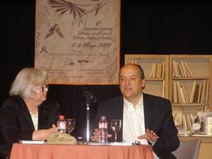 Gustavo Martín Garzo junto a la coordinadora del Club de Lectura de Camargo