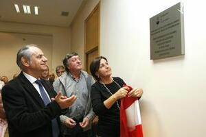 La vicepresidenta descubre la placa inaugural en compañía del alcalde y el presidente de la Junta Vecinal de Escobedo