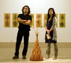 La concejala de Cultura y el artista, en la presentación de la exposición